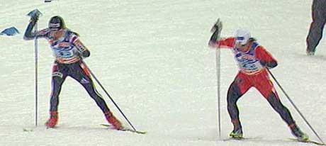 Marit Bjørgen ventet bevisst med å passere Julija Tsjepalova, men gjorde et rykk i en motbakke før mål. (Foto: Trio)