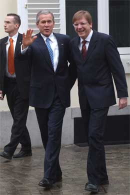 Belgias statsminister Guy Verhofstadt er vert under Bushs Brussel-besøk. (Foto: AP/Scanpix)