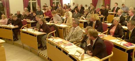 Opposisjonspolitikerne i Halden mener det er for få politiske møter, og at avgjørelsene tas andre steder enn i kommunestyret.
