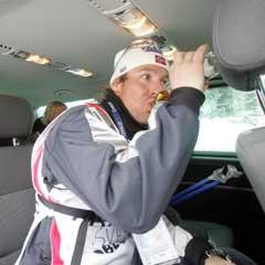 Svein Tore Samdal koste seg i bilen på vei til pressekonferansen etter stafetten. (Foto: Terje Bendiksby / SCANPIX)
