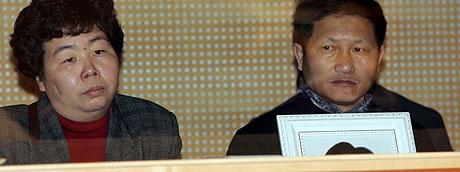 Heng Wu og Cuiping Huang, foreldrene til den ene av de drepte, var til stede da saken startet i Oslo tinghus. Foto: Scanpix
