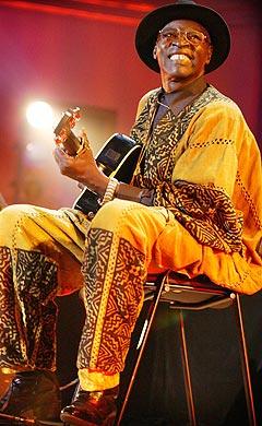 Blueslegenden Ali Farka Touré er gått bort. Foto: Youri Lenquette, World Circuit / NTB.