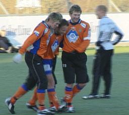 Trond Fredriksen (midten) skora det første målet for Aafk. Foto: Bernt Baltzersen NRK.