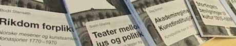 Mange historiske bind med Oslo-perspektiv. NRK-foto.