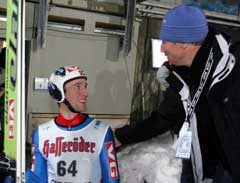 Etter tirsdagens hopptrening i den store bakken i Oberstdorf fikk Sigurd Pettersen klapp på skuldren av NRKs hoppekspert Jan Erik Aalbu. (Foto: Terje Bendiksby / SCANPIX)