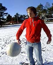 Markus Hauge får god tid til å sparke fotball. Foto Rune Kjær Valberg NRK