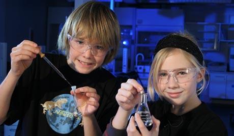 Even (13) og Kjersti (11) fra Trondheim syns det er moro å eksperimentere (Foto: NRK/Andreas Wivestad)