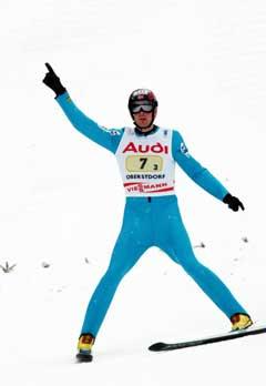 Magnus Moan jubler etter sitt siste hopp i lagkonkurransen. (Foto: Terje Bendiksby / SCANPIX)