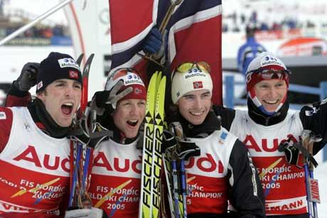 Håvard Klemetsen, Kristian Hammer, Magnus Moan og Petter Tande jubler over gullet i lagkonkurransen. (Foto: Terje Bendiksby / SCANPIX)