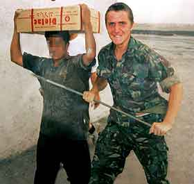 Briten Gary Bartlam sammen med en fange. Foto: British Courts Martial handout