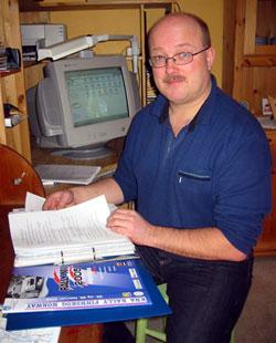 Svein Jørgen Bredesen fra Lundersæter med dugnadslister. (Foto: Vera Wold/NRK)