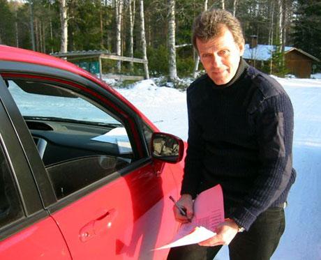 Tor Willy Solbergseter som leder dugnadsgjengen på rundt 800. (Foto: Vera Wold/NRK)