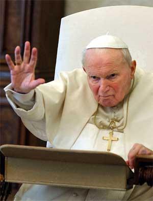 Paven fotografert i sitt bibliotek der han i går deltok i en videokonferanse. (Foto: Scanpix / AP)