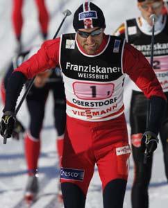 Odd-Bjørn Hjelmeset i aksjon på første etappe av 4x10 km stafett i ski-VM i Oberstdorf torsdag. (Foto: Erlend Aas / SCANPIX)