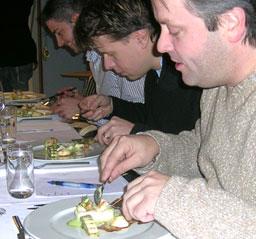 Dyp konsentrasjon over forretten. Fra høyre: Terje Ness, Steffen Engelhard og Daniel Madsen
