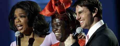 Fjorårets fredsprisvinner Wangari Muta Maathai mellom Oprah Winfrey og Tom Cruise under Nobelkonserten. Foto: Erlend Aas / SCANPIX