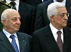 Godkjenningen av den nye regjeringen til den palestinske statsministeren Ahmed Qurie (t.v.) blir sett på som en seier for president Mahmoud Abbas (t.h.).