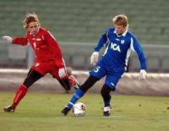 Dylan Macallister i duell med Peter Larsson i Royal League-kampen mellom Halmstad og Brann i Gøteborg torsdag kveld. (Foto: Roger Lundsten / SCANPIX)
