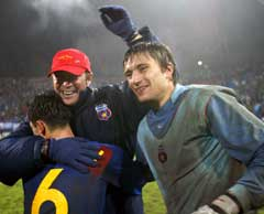 Mirel Radoi (t.v.) klemmes av Steaua-trener Walter Zenga, mens keeper Vasili Khamutovski også er glad. (Foto: AFP/Scanpix)