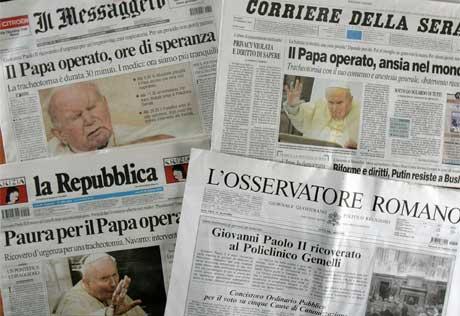 Pavens sviktende helse dominerer Italias avisforsider i dag. (Foto: AP/Scanpix)