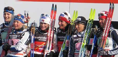 Marit Bjørgen og Hilde Gjermundshaug Pedersen ble det natutlige midtpunktet på seierspallen i Obersdorf. (Foto: NRK.no)