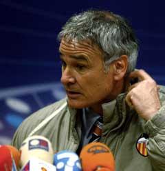Claudio Ranieri var ikke lykkelig på pressekonferansen etter tapet mot Steua Bucuresti. (Foto: AFP/Scanpix)