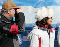 Svenskekongen og Silvia måtte se langt etter svenske medaljer under sprintstafetten. (Foto: AP/Scanpix)