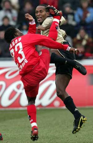 Høye spark i kampen mellom Freiburg og Bayern. (Foto: AP / SCANPIX)