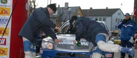Thomas Kolberg (til høyre) og kartleser Ole K. Unnerud lot champagnen strømme over vinnerbilen etter seieren i Rally Finnskog. Foto: Ann-Kristin Mo