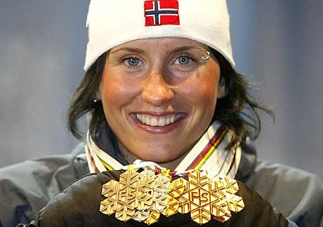 Bjørgen forsynte seg godt av medaljefatet under VM i tyske Oberstdorf. Nå lover sesongoppkjøringa godt foran OL i italienske Torrino. (Foto: AP/Jan Pitman )