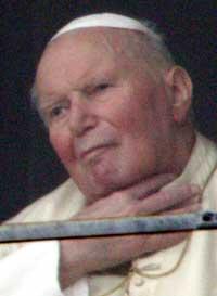 VISTE SEG: Pave Johannes Paul II holdt seg til halsen da han viste seg i vinduet til folkemengden utenfor i dag. (Foto: AFP)