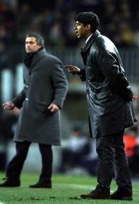 Frank Rijkaard og Jose Mourinho. (Foto: AFP / SCANPIX)