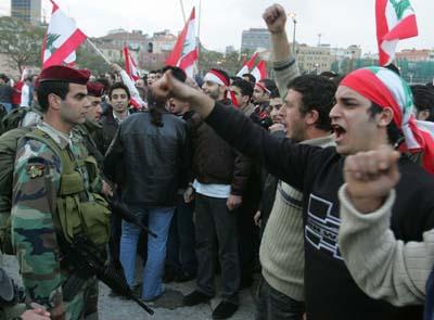 Tusenvis av libanesere protesterer mot regjeringens forbud mot demonstrasjoner. (Foto: Ramzi Haidar, AFP)