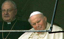 Paven og en kardinal fotogafert på sykehuset søndag. Foto: Alastair Grant, AP