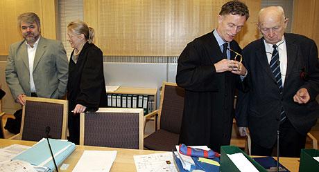 Pårørende krever nå erstatning fra metanolselgerne Erik Fallo og Per Erik Fossum. Her fra straffesaken mot de to tidligere i år. Foto: Lise Åserud/Scanpix