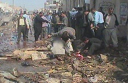 Folk samlet seg på stedet der over 100 personer ble drept av en bilbombe. (Foto: AP)