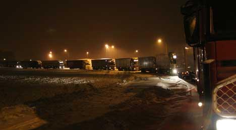 Alle sideveiene ved Halden ble fyllt opp av trailere og lastebiler som ikke kom seg over grensa. (Foto: Morten W. Røkeberg)
