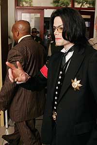 TAKKET FANSEN: Michael Jackson viste v-tegnet til fansen under en pause i rettssaken mandag. (Foto: Robyn Beck/AP)