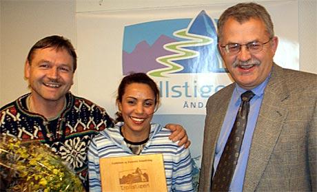 Frå venstre: Glade prisvinnarar Edmund og Melouda Meyer, og styreformann i Åndalsnes og Romsdal reiselivslag, Svein Kroken. (Foto: Ole Johnny Amundsen)