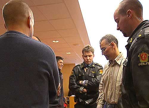 Kristian Markus Andresen (t.v.) og den tiltalte Brahim Bouteraa møttes et øyeblikk i retten tirsdag. Foto: NRK