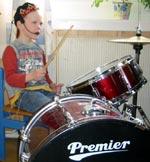 Eivind Bang Støeng (5) blir litt sliten i hendene og beina av å spille trommer.
