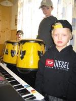 Det er gøy å spille i rockeband synes Eivind Bang Støeng (5) , Martin Engli Støldal(5) og Kenneth Sandli Finborud (5).