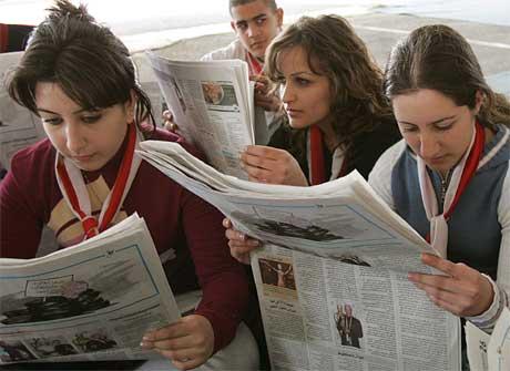 Libanesiske kvinner studerer avisene i Beirut.(Foto:AP/Hussein Malla)