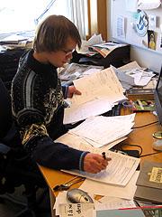 Reporter Malvin Eriksen forbereder innslaget om det papirløse samfunnet. Foto: Per Kristian Johansen, NRK