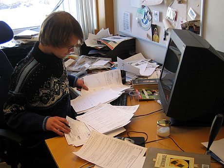 Da skrivemaskinene ble byttet ut med datamaskiner håpet mange at papirmengden skulle bli mindre. Men slik har det ikke blitt... Foto: Per Kristian Johansen, NRK