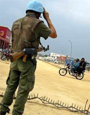 En FN-soldat på vakt i byen Bunia for fire dager siden. (Foto: Scanpix / AFP)