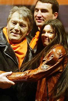 Den ukrainske sangeren Ruslana (t.v.) som vant Eurosong i fjor har vært en viktig støttespiller for president Viktor Jusjtsjenko i den oransje revolusjonen. Foto: Efrem Lukatsky, AP Photo.