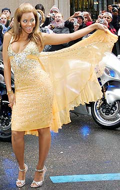 Beyonce Knowles ankommer premieren på den nye Pepsi-reklamen som har gitt henne nye inntekter på kontoen. Foto: Christophe Simon, AFP Photo.