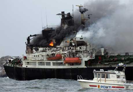 Brannen ombord spredte seg raskt til brua, og det var dramatisk i flere timer. Foto: Scanpix.