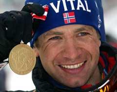 Ole Einar Bjørndalen med medaljen han fikk på jaktstarten. (Foto: AP / SCANPIX)